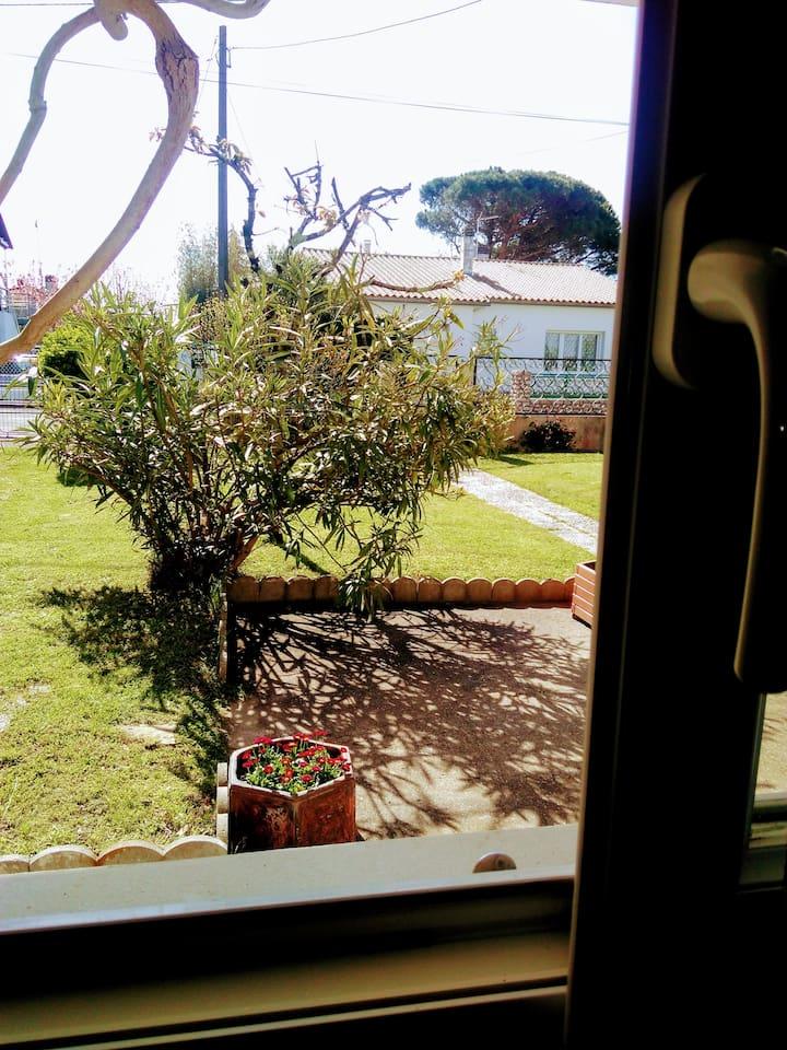 Chambre indépendante en rez de jardin si calme que nous pouvons y entendre le chant des oiseaux !