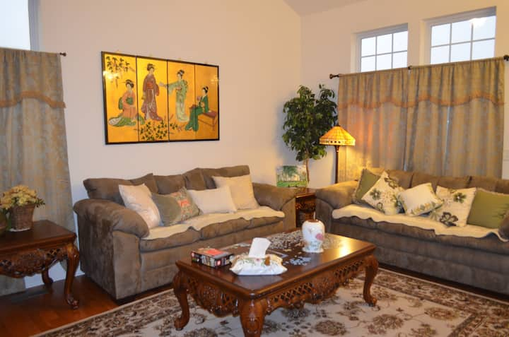 2-BR, 1.5-BA, 4 Guests Max, Nice Home @ NW Chicago