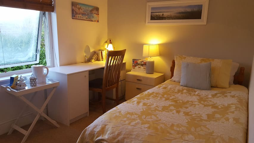 Bright room close to attractions with breakfast wf