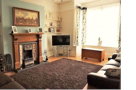 Huge room in a lovely house! - Hull