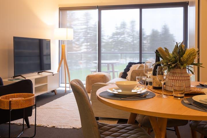 Glenelg Luxury Beachside - Views*Wine*Foxtel*Wifi