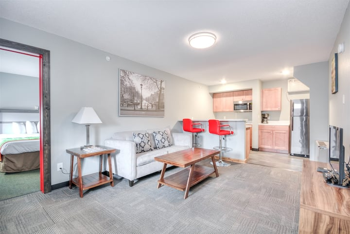 1BR with a king bed and a kitchen on the ground floor
