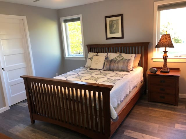 Quiet, peaceful master suite where you'll sleep soundly on this queen-size Tempur-pedic bed.