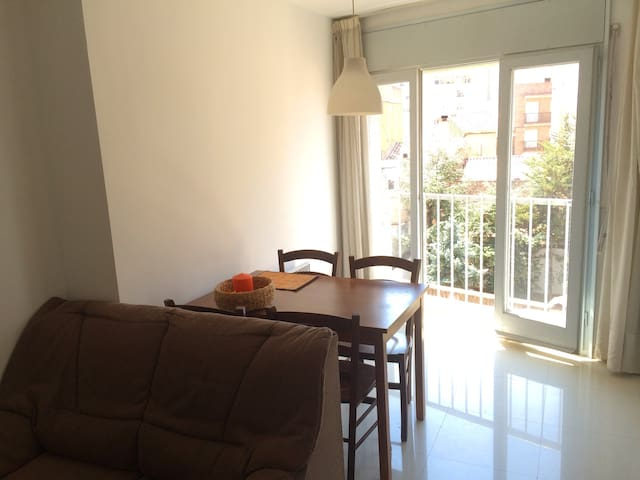 Room in Figueres, hosted by a Canadian :) - Figueras - Apartamento