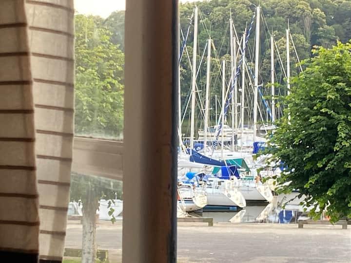 Maison pêcheur sur le port avec vue rance