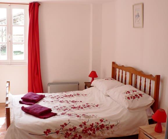 Laytoure: Cerisier Family Suite B&B - Saint-Victor-Rouzaud - ที่พักพร้อมอาหารเช้า
