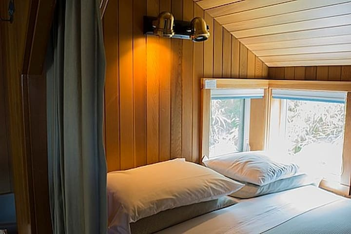 Queen bed in alcove