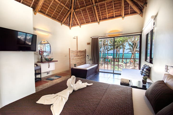 Room by the Beach with Ocean View and Bathtub