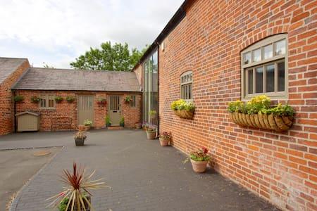 Luxurious spacious village barn near Repton/M1/A50 - Milton - Hus