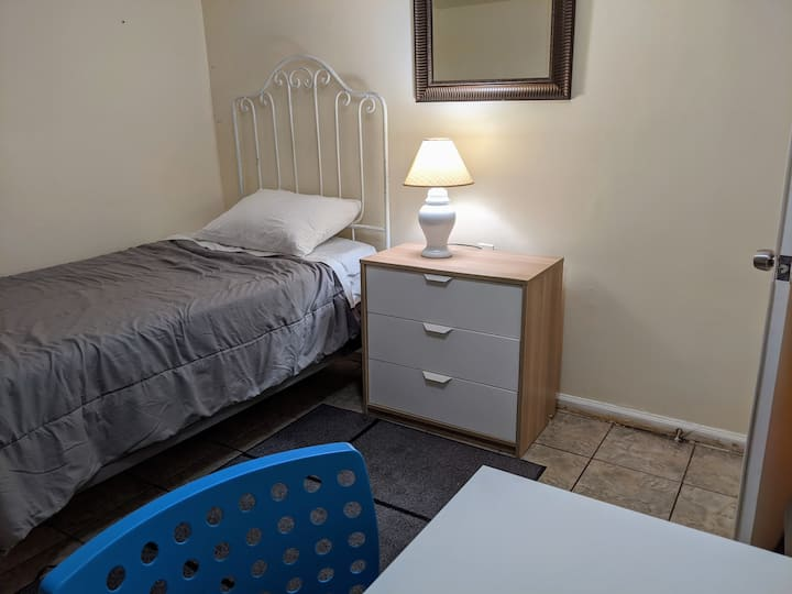 Cozy room + Work space. Next to NYC bus/EWR