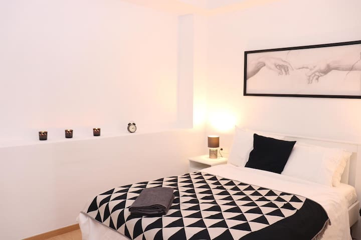 Cozy and modern bedroom near Camp Nou with TV