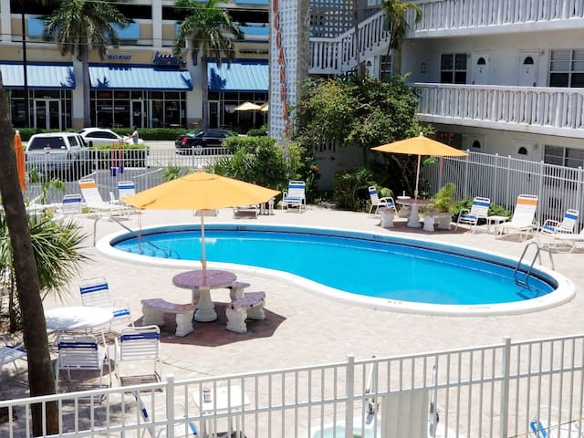 MINUTES WALK TO THE BEACH, FULL SIZE  POOL & GRILL