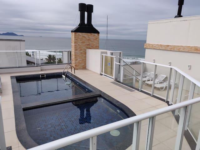 Lindo apartamento com piscina a 15 m da praia