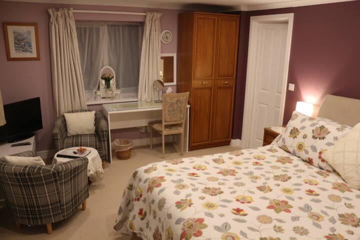 Lostwithiel, spacious bedroom & kitchen/diner