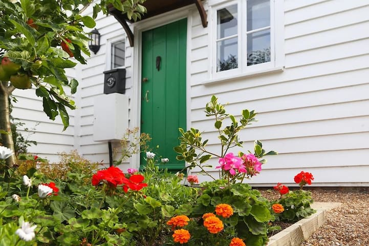 Willow Cottage Sleeps 2, Within easy reach of the sandy Sussex beaches.
