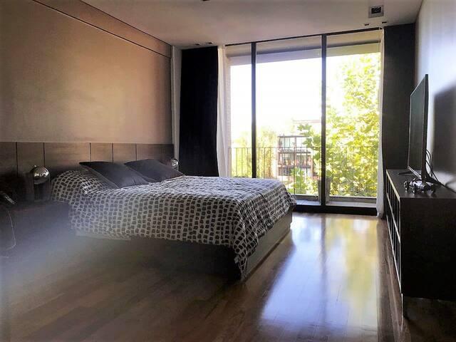 Dormitorio con cama King / Bedroom with King bed