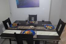 Comedor con asientos muy comodos para 6 personas