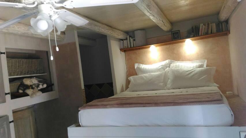 """Le lit est en hauteur, très """"cocon"""". Le ventilateur vous donnera un petit air doux et agréable."""