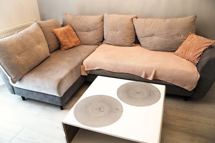 Wygodna i rozkładana sofa w stylu nowoczesnym z łatwością pomieści dwójkę dorosłych lub trójkę dzieci