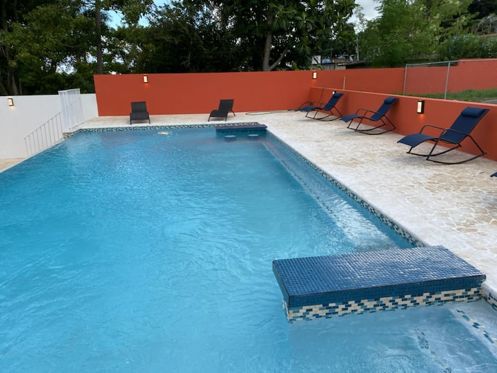 NEW LUQUILLO BEACH VILLA, POOL,AC, SLEEPS 20, WOW!