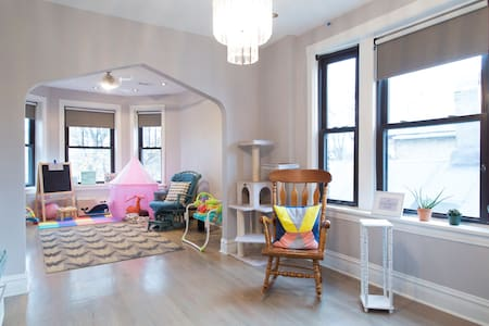 sunny, spacious, & colorful room! - Chicago - Apartment