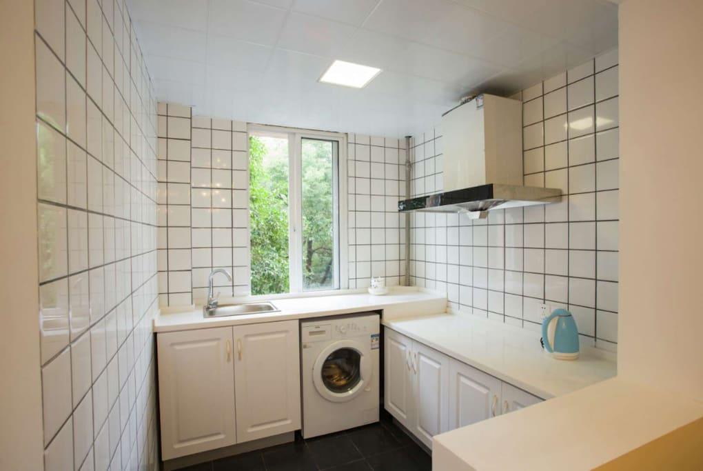 干净整洁的厨房,带有洗衣机,免去你洗衣的烦恼