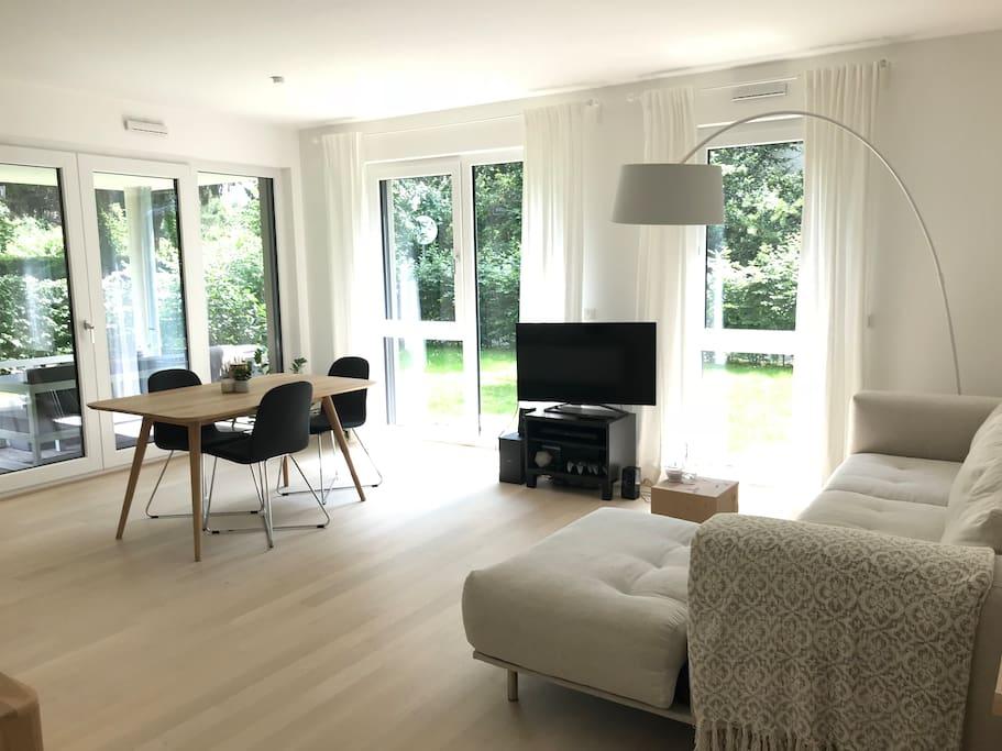 Wohnzimmer (Sofa, Sideboard, TV + Netflix, Esstisch mit 4 Stühlen)