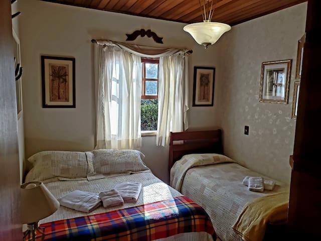 Quarto 2:  com cama de casal e uma cama de solteiro.