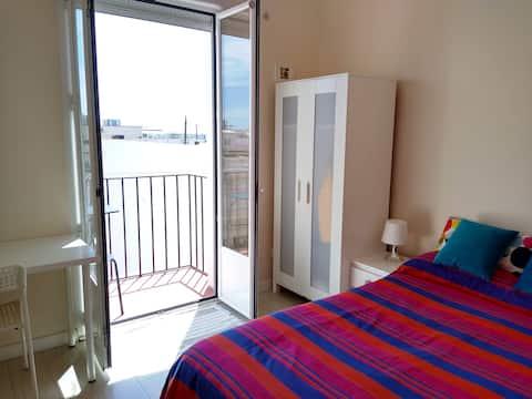 Luminosa y cómoda habitación con balcón