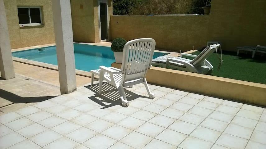 Studio 35 m2 dans villa avec piscine proche mer - Martigues - Leilighet