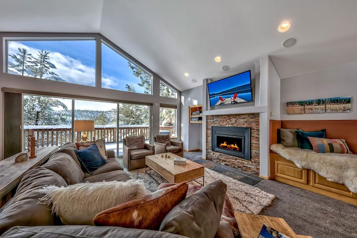 Fly High in Luxury- Hot Tub, Views, Privacy, Decks
