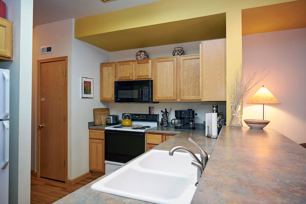 Fully equipped kitchen with espresso/coffee machine, juicer, Nutribullet, pots/pans and dishes, silverware, glassware