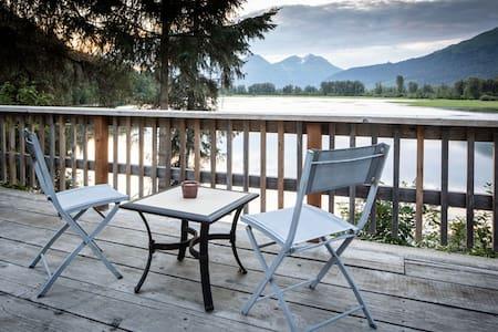 Swan View Cabin #1, lakefront, BBQ, canoe