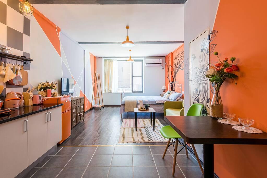 整个房间都是我自己设计的,房间是用的是我最喜欢的橙色为主色调,整个房间花了很多心血来做,墙面的色块是我自己刷的,墙画也是自己画的呢,欢迎你选择我的小屋