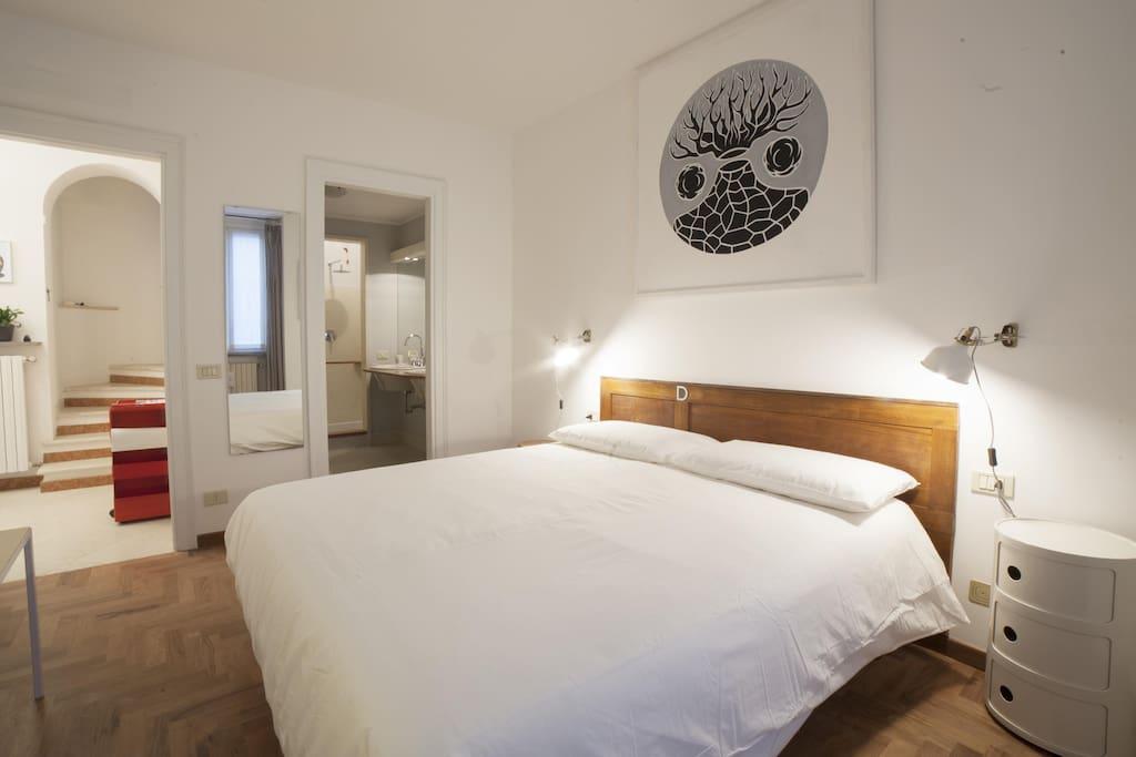 Camera Rebus in bianco con bagno privato