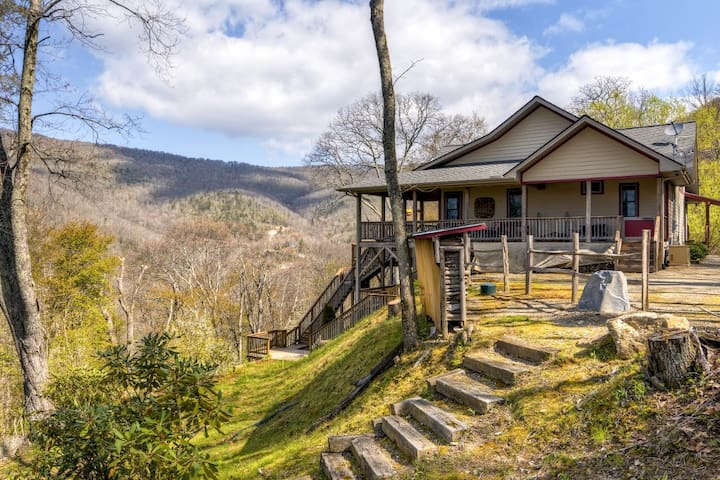 Maggie Valley Home w/ Mtn Views & Screened Porch!