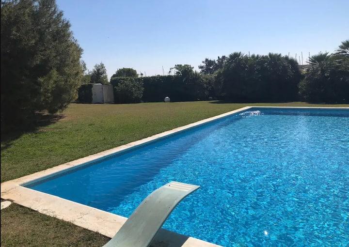 Fantástica villa junto al mar.  Piscina y jardín.