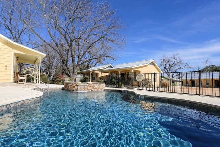 Absolutely Charming Geese on the Gibbons, King Bed, Hot Tub/Pool Access!