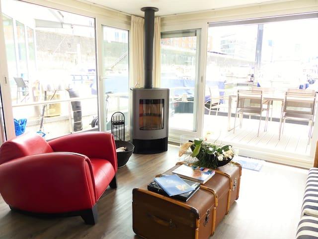 Lebensraum mit Designermöbeln: Sessel von DeSede, Marktex Sofa und antikem Überseekoffer
