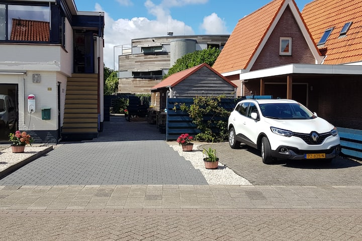 Den Burg huisje met eigen tuin en parkeerplaats.