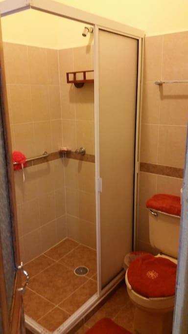Cuenta con baño propio totalmente equipado