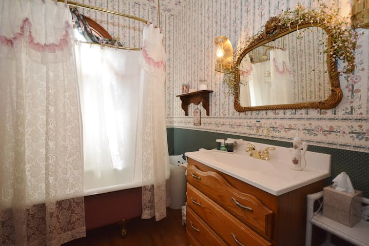 Ligonier Boro Main Stay Queen Guest Room