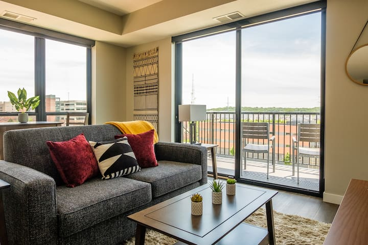 Contemporary 2BR Near Downtown