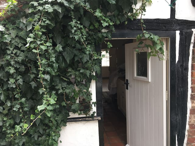 Single room in 16th Century Tudor Cottage - Elstow
