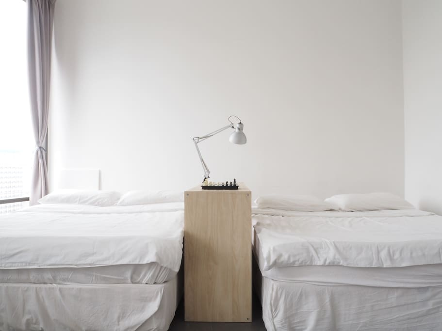 Welcome by ample of natural daylighting. The reading lamp offers warm and great reading ambience.