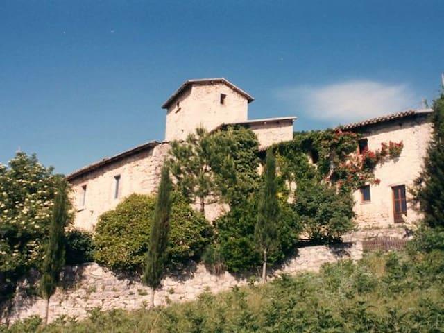 Bauernhaus auf einem alten Landgut - Cerreto di Spoleto - Hus