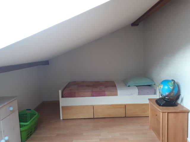 Lit simple dans une chambre de 20m2 Duplex 100m2 M