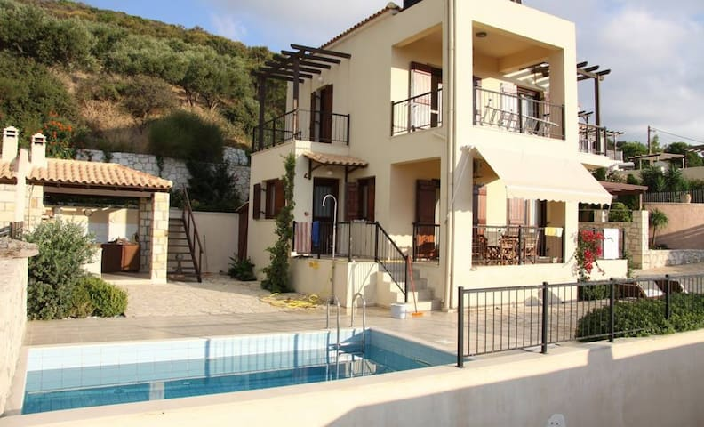 2-Bedroom Villa with Private Pool - Sea View!