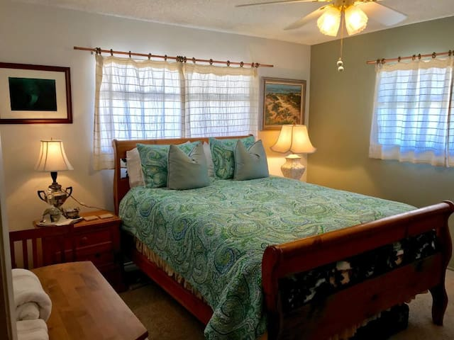 Quiet Creekside House (queen bed)