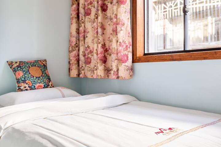 家庭房,有一张1.8米的大床和一张1.3米的小床,床品、毛巾通过200度高温消毒,一客一换,请大家放心使用!